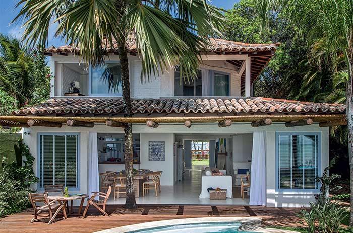 Casa na praia com telhado colonial
