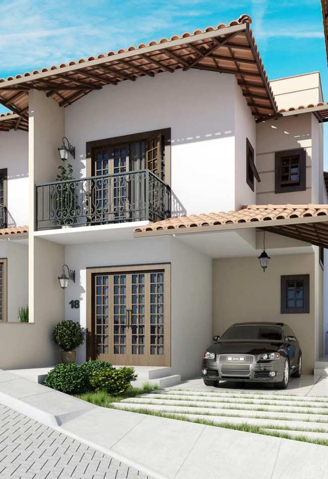 O telhado colonial deixa a casa ainda mais rústica