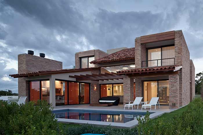 Casa moderna com telhado colonial