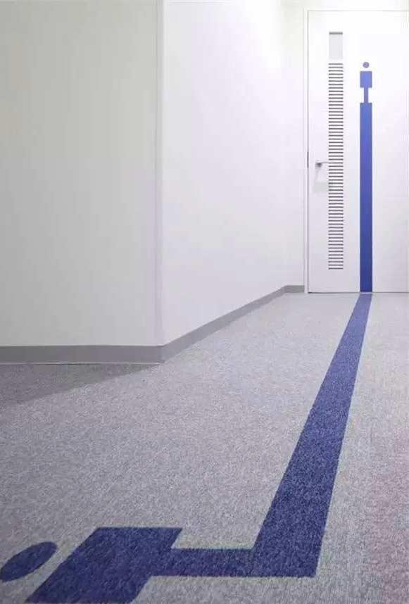 Decoração da porta fazendo jogo de cor com o piso