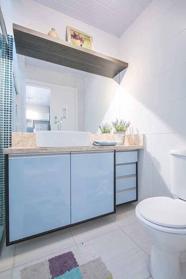 Banheiro masculino pequeno azul e branco