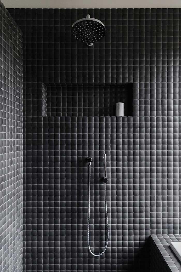 Pastilhas pretas foscas na decoração do banheiro