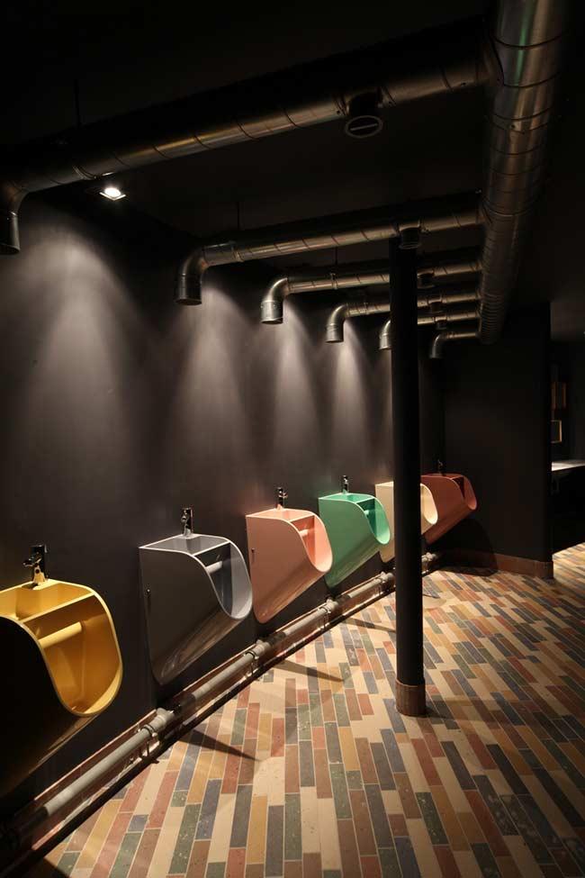 Banheiro masculino coletivo com mictórios coloridos