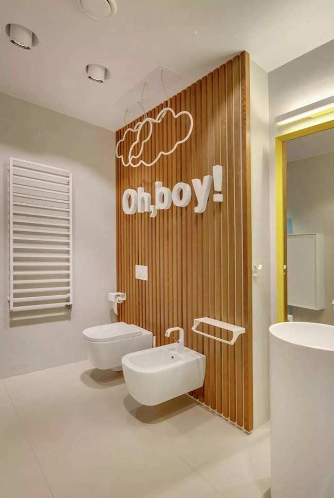 Decoração de parede divertida para um banheiro descontraído