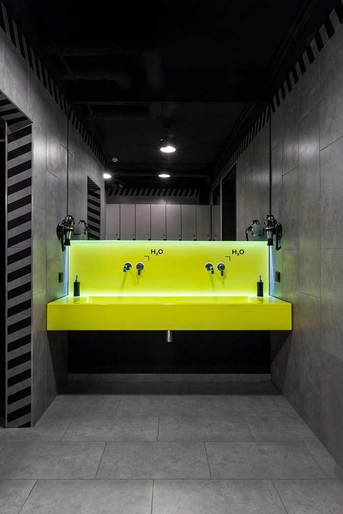 Banheiro masculino em cores frias e linhas retas