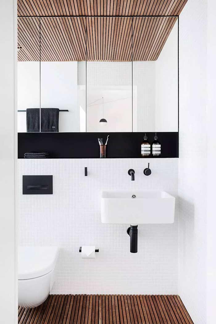 Banheiro masculino pequeno e minimalista