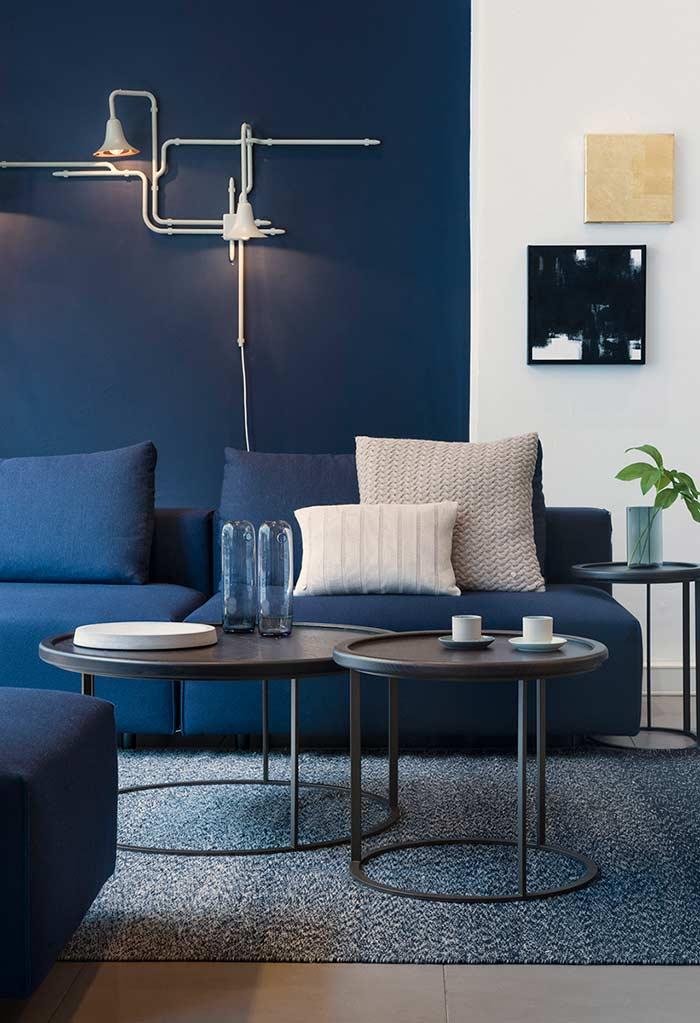 Sala azul da parede até o sofá