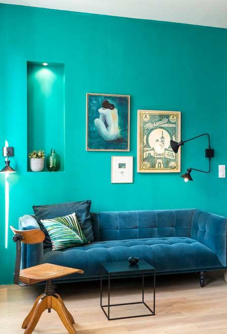Parede azul turquesa combinando com sofá azul petróleo
