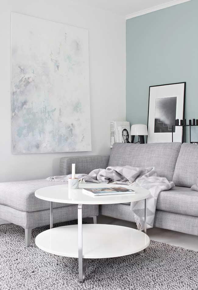 Sala azul com quadros