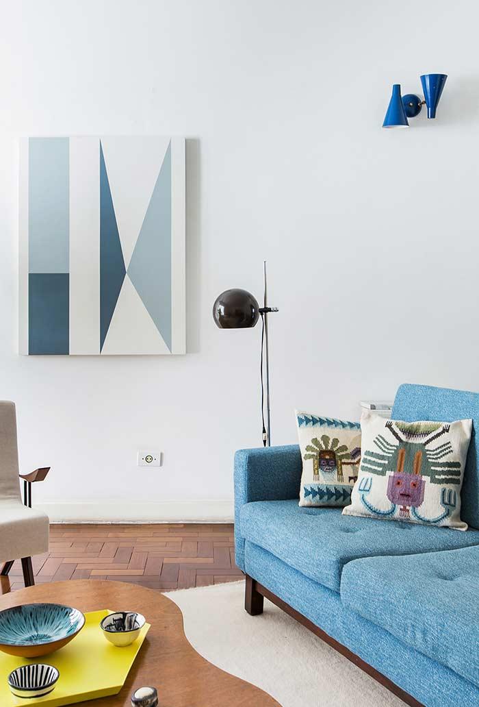 Sala com objetos decorativos na cor azul