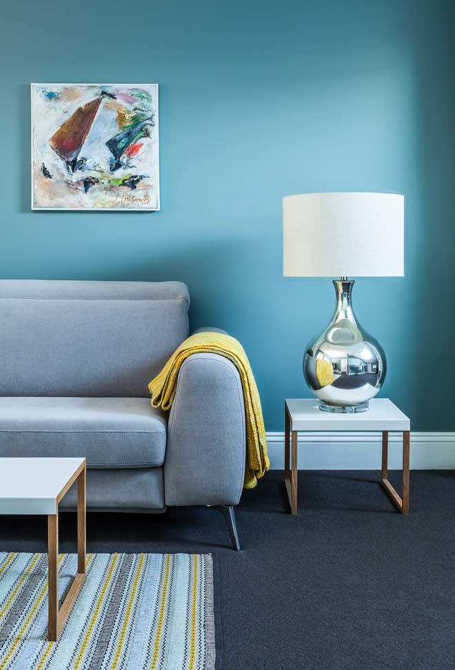 Sala azul e cinza com detalhes amarelos