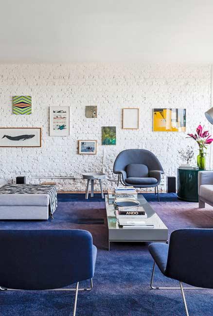 Sala com carpete e cadeiras na cor azul