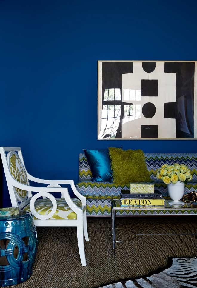 Sala azul royal com um tom mostarda