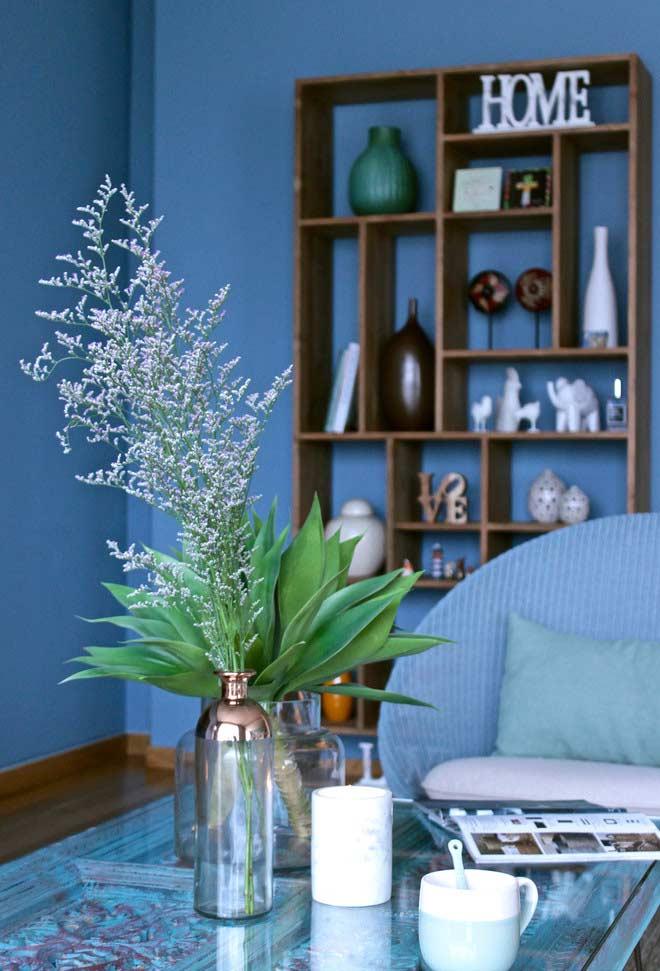 Tons de bege e marrom na decoração da sala azul