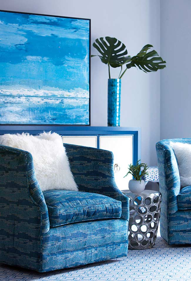 Sala azul com padrões abstratos