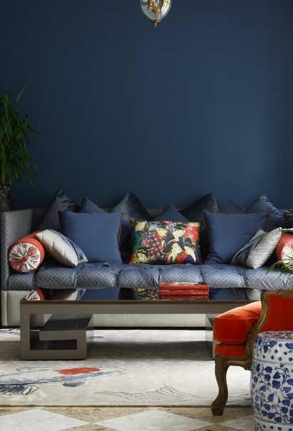 Azul e vermelho nos objetos decorativos