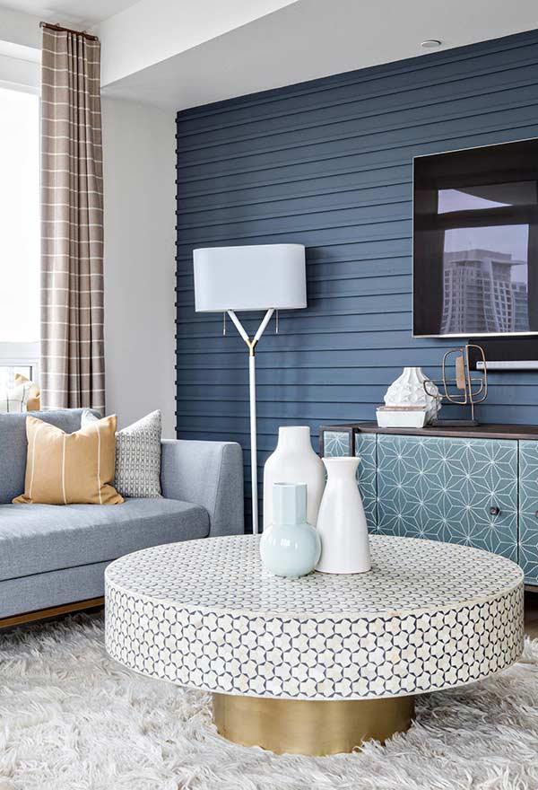 Sala azul com mesa de centro