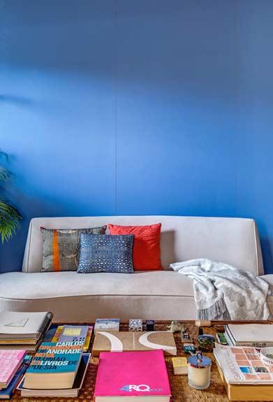 Sala com painel de mdf na cor azul
