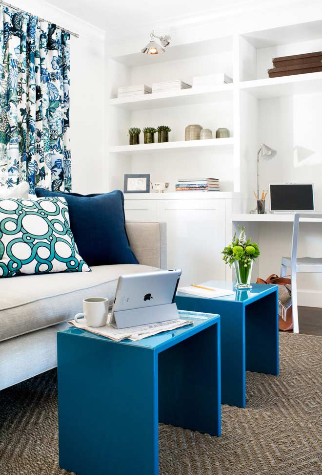 Sala azul com móveis modernos