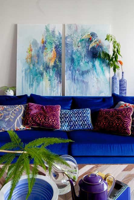 Sofá azul royal como o protagonista desta sala