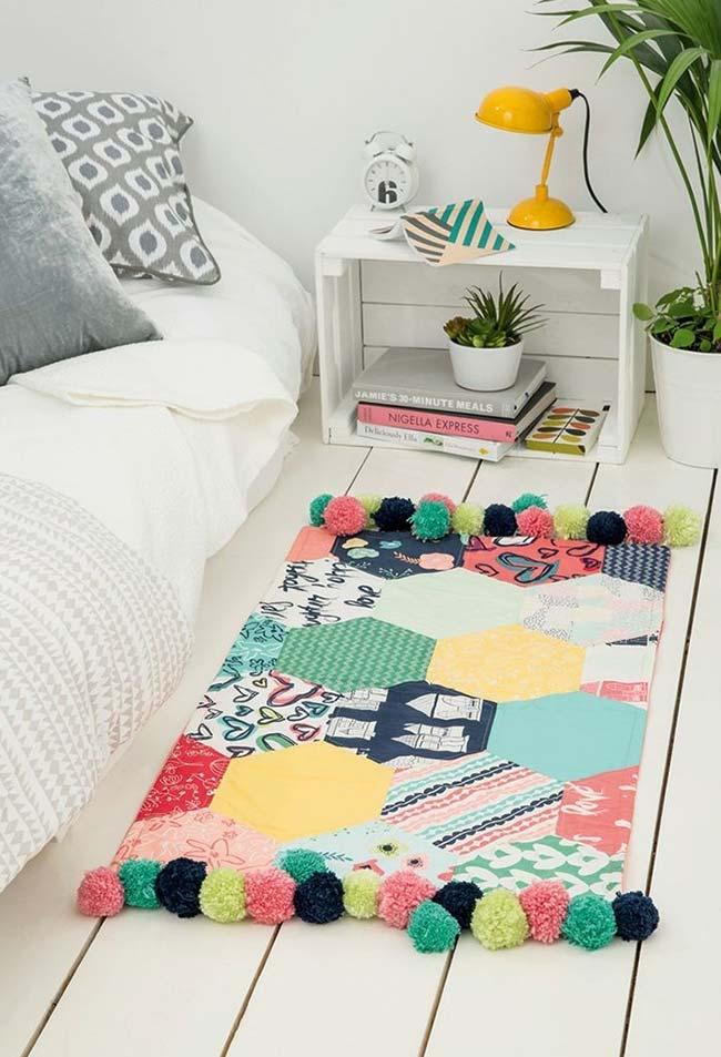 Tapete de pompom super colorido para quarto