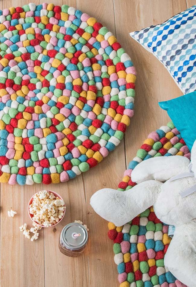 Tapetes redondos multicoloridos com pompom