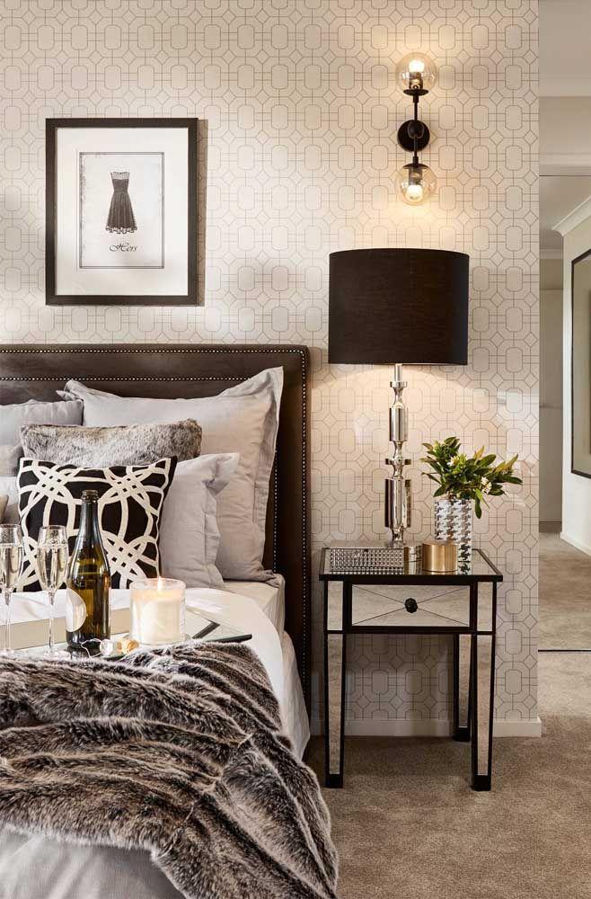 A moldura preta em torno do criado-mudo espelhado confere uma dose de charme, estilo e elegância extra ao móvel e ao ambiente.