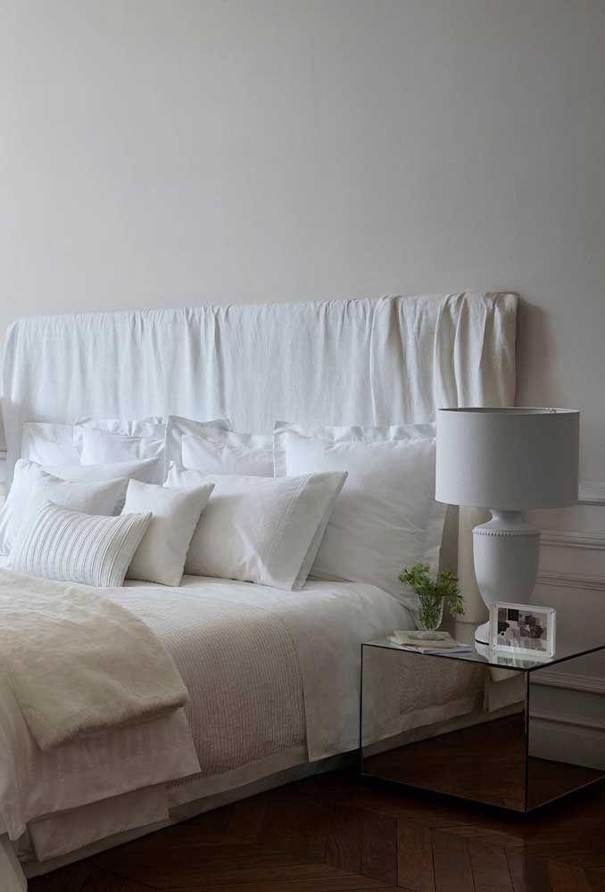 A forma reta e quadrada transforma esse criado-mudo espelhado em uma bela peça moderna para o quarto