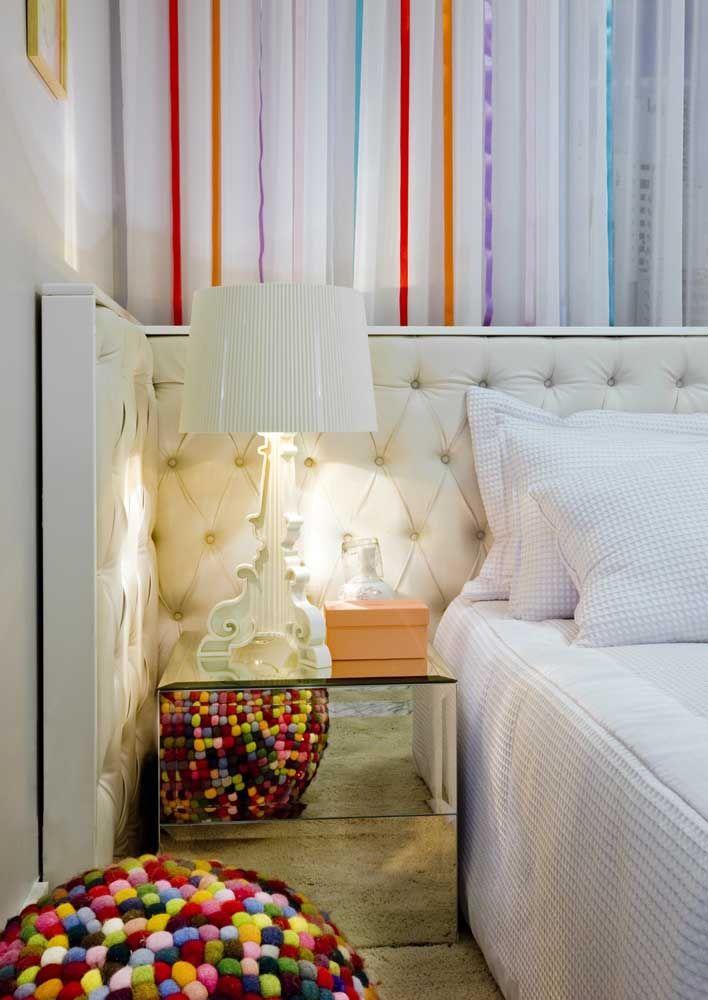 Além de muito decorativo, o espelho no criado-mudo ainda contribui para aumentar visualmente a área do quarto