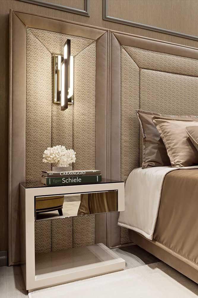 O quarto com cabeceira estofada apostou no uso de um criado-mudo onde apenas a gaveta é espelhada; ponto para a elegância e a sofisticação