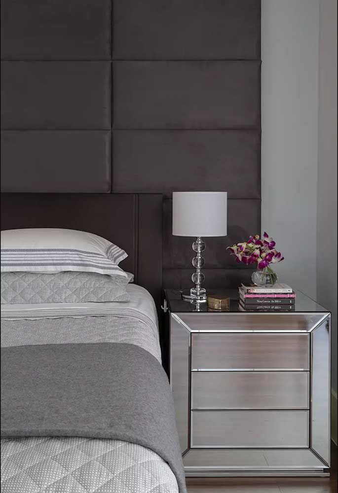 Quer algo que esbanja elegância para a decor do quarto? Que tal um criado-mudo espelhado como esse?