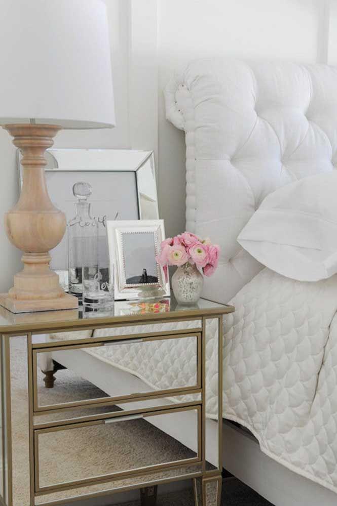 Frisos dourados no criado-mudo espelhado para valorizar a proposta romântica e clássica da decor
