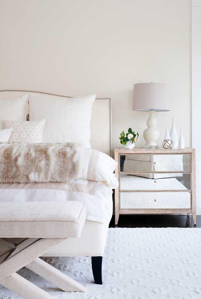 Delicado, os frisos cor de rosa do criado-mudo acentuam a proposta clean e romântica do quarto