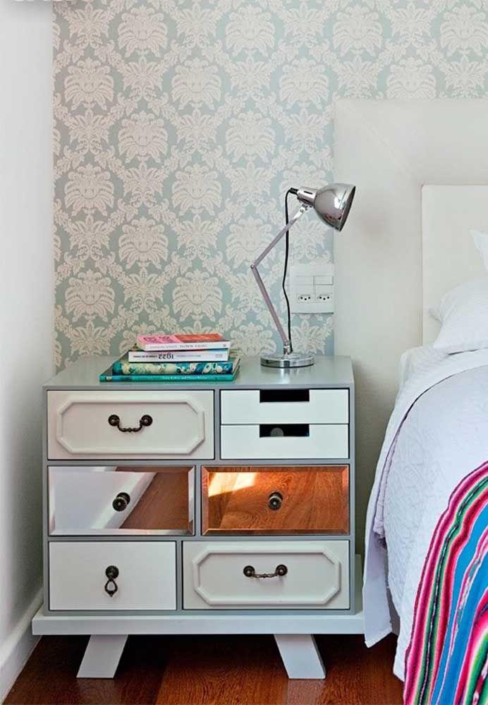 Entre espelhos, puxadores e madeira, esse criado-mudo mostra sua personalidade
