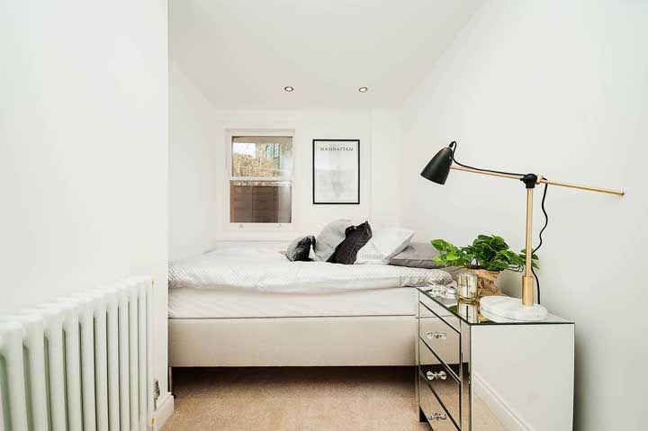 No quarto moderno e minimalista, o criado-mudo espelhado também tem vez