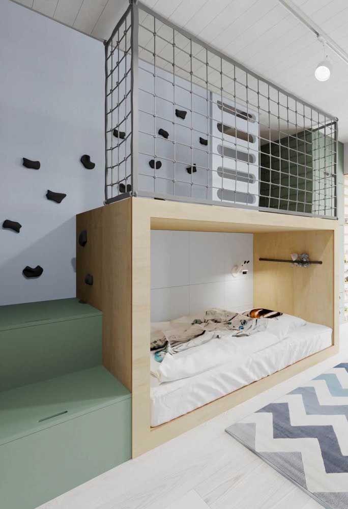 E para tirar o máximo de proveito do espaço, o vão da escada que dá acesso ao beliche foi usado para montar uma escrivaninha com nichos
