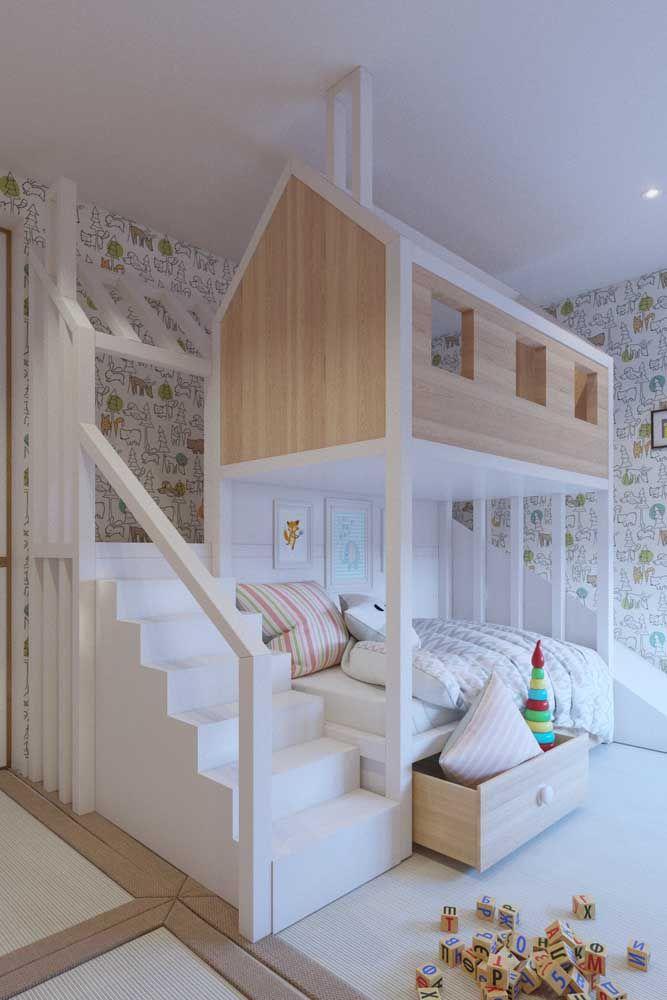 Beliche rústico de madeira; destaque para as luminárias laterais que garantem um clima ainda mais aconchegante para cada cama