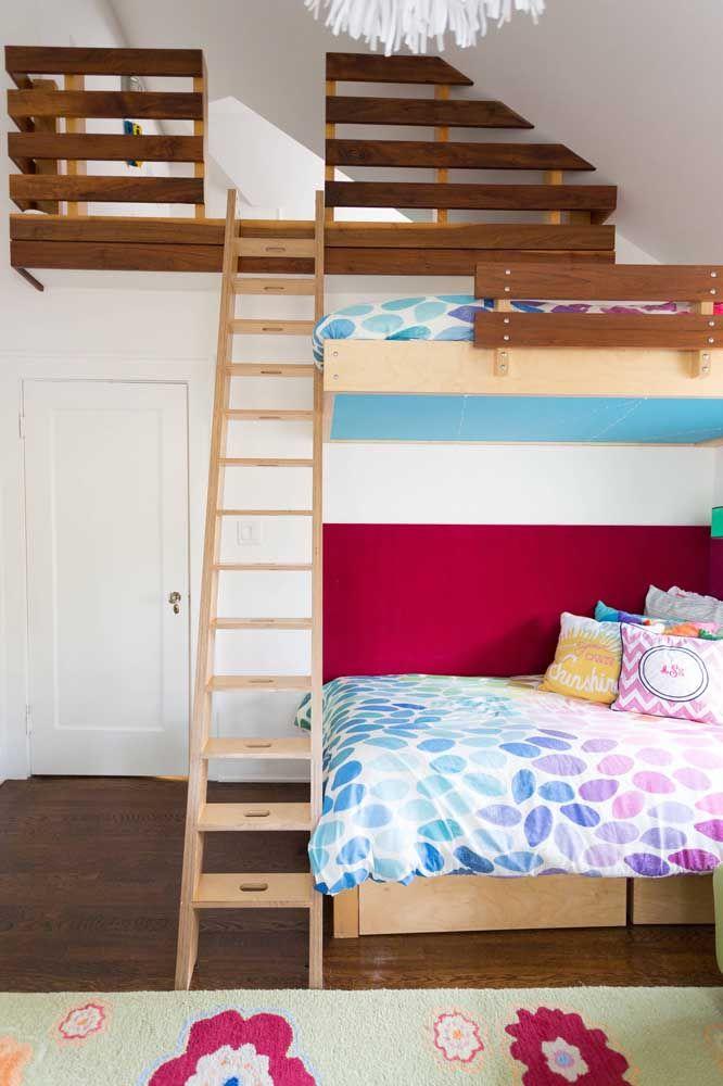 Semelhante a um beliche, a estrutura construída sobre as camas se tornou um espaço de brincar, já que o quarto não teria espaço suficiente para isso
