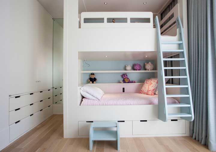 Em uma única parede estão beliche e guarda roupa ocupando quase nada de espaço no quarto