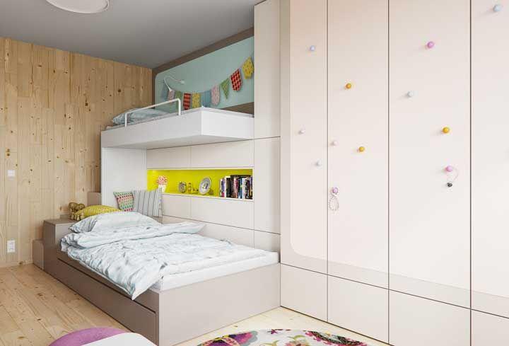O beliche desse quarto mais parece um parquinho do que um lugar feito para dormir