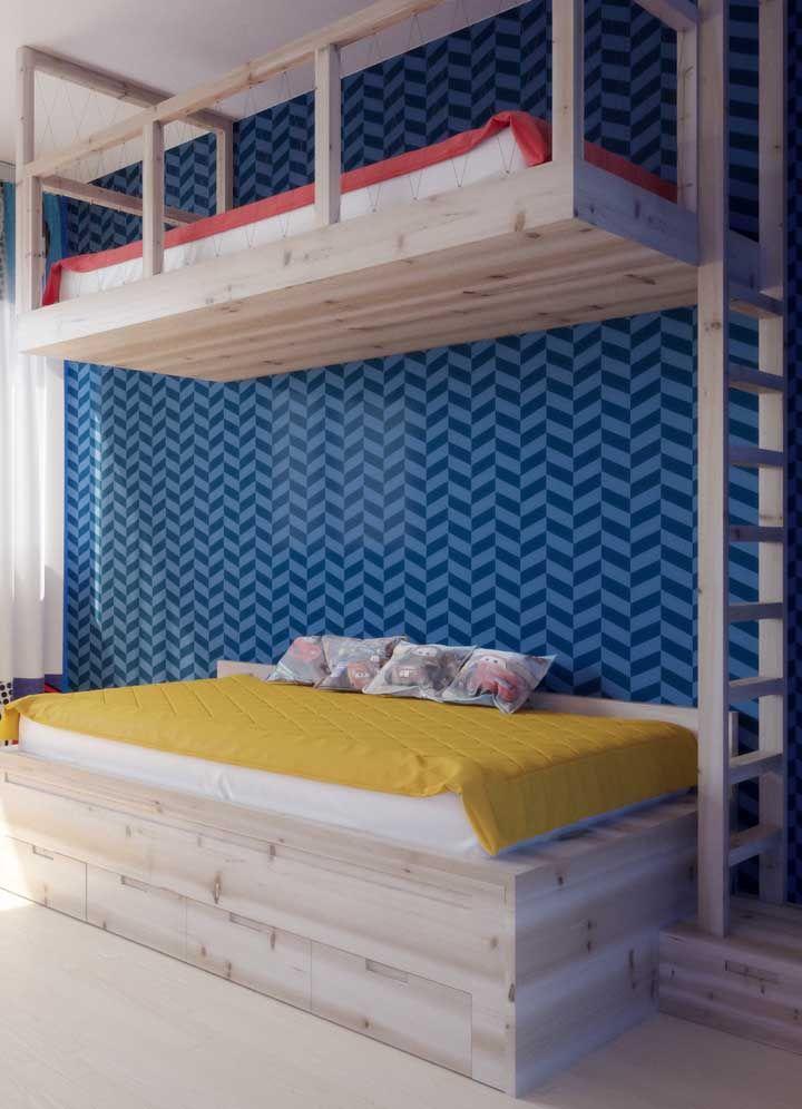 Beliche simples de madeira onde a primeira cama segue o conceito Montessori de dormir junto ao chão