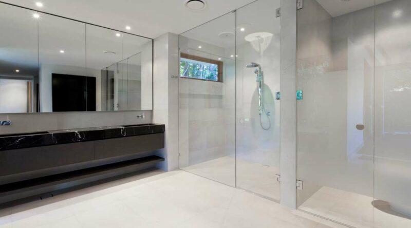 Como limpar box de banheiro: formas e passo a passo prático