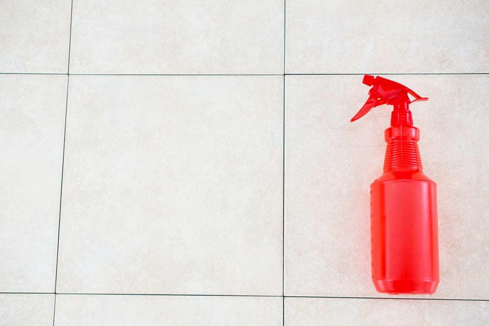 Como limpar box de banheiro: frasco com solução caseira para limpeza