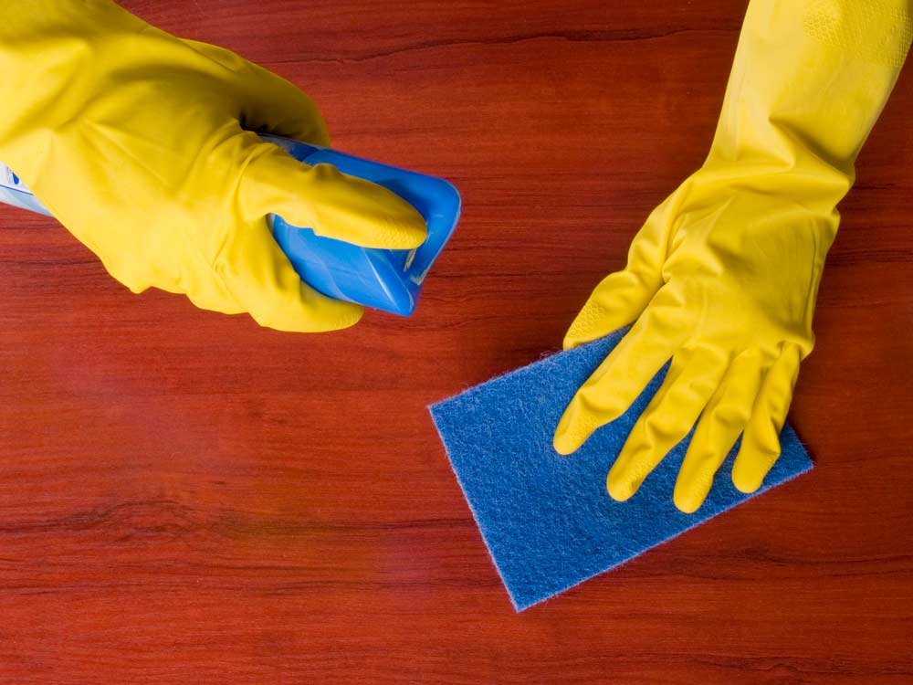 Como limpar box de banheiro: lustra móveis