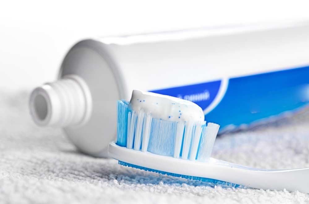 Como limpar box de banheiro: pasta de dentes