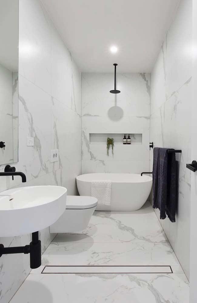 Mármore na decoração do banheiro masculino