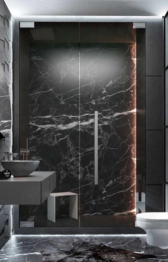 Banheiro masculino com pedras escuras