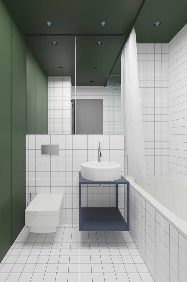 Banheiro com verde e azul em combinação com o branco