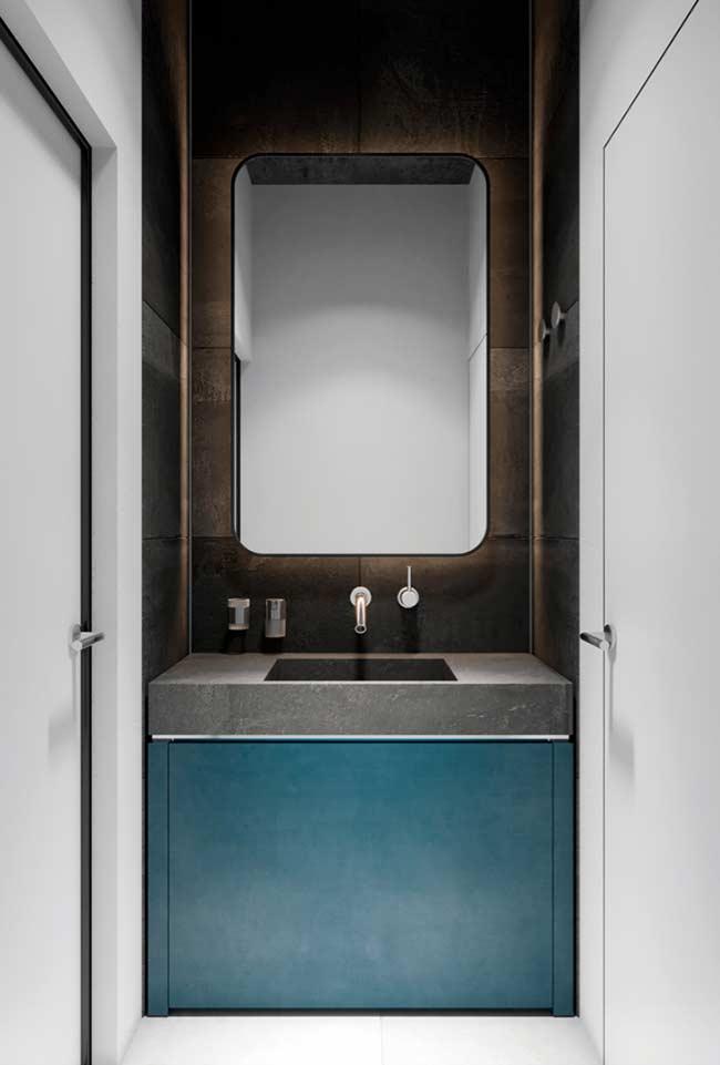Banheiro masculino com detalhes azul e marrom