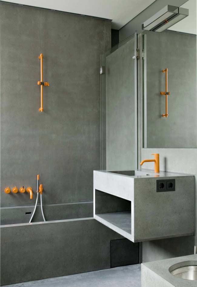 Laranja sobre cinza na decoração do banheiro masculino